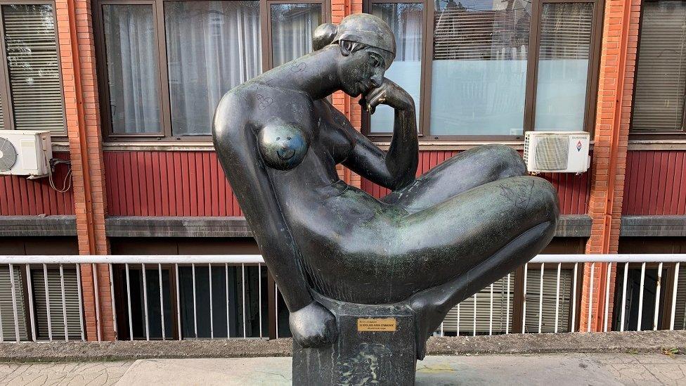Skulptura ispred Doma zdravlja Vračar