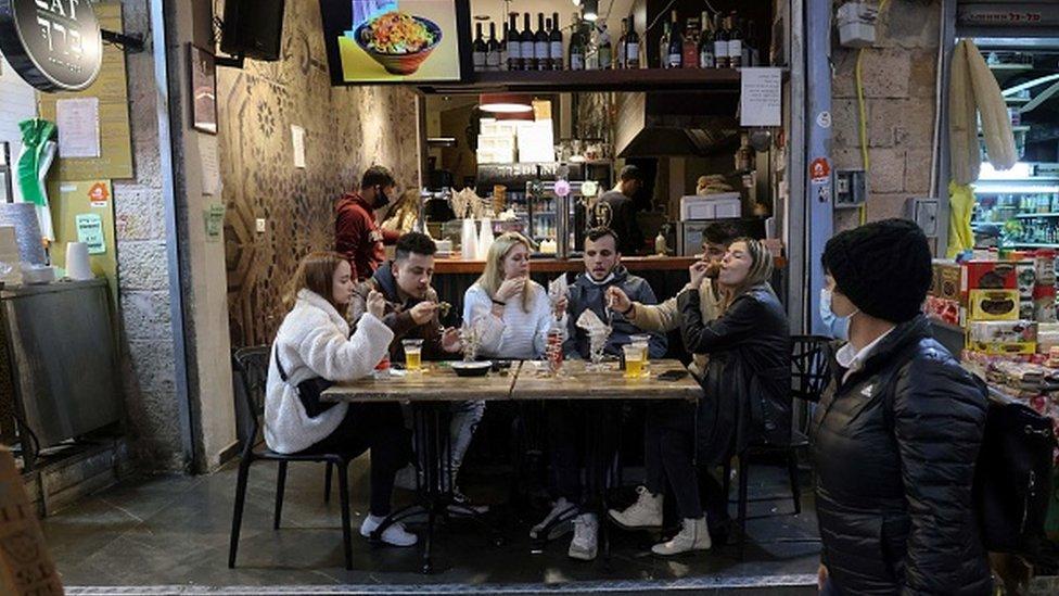 Kompaniя v kafe v Ierusalime