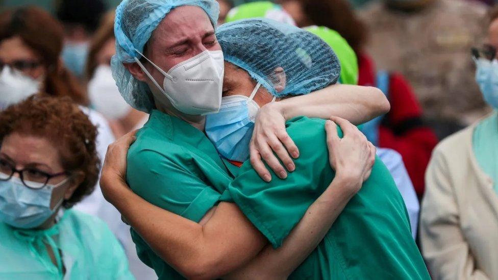 Zagrljaj zdravstvenih radnika nakon smrti kolege u Španiji