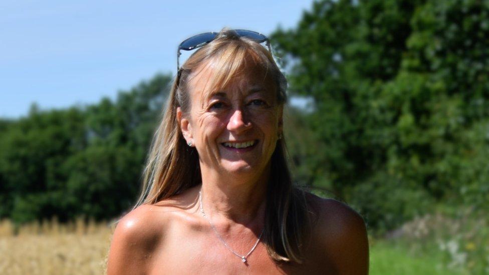 Britanska naturistkinja Dona Prajs u golišavoj šetnji po seoskom krajoliku